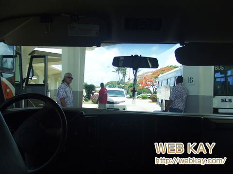 サイパン 空港前 バス停 迎えの車中