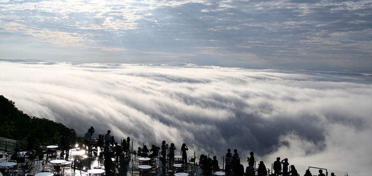 日高山脈を越えて流れ込む、ダイナミックな雲海。